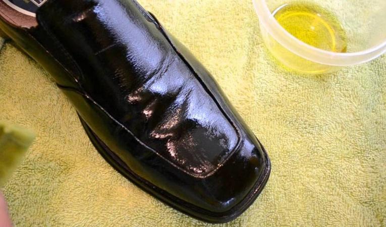 Размягчение кожаной обуви маслом