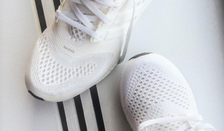Чистые белые кроссовки